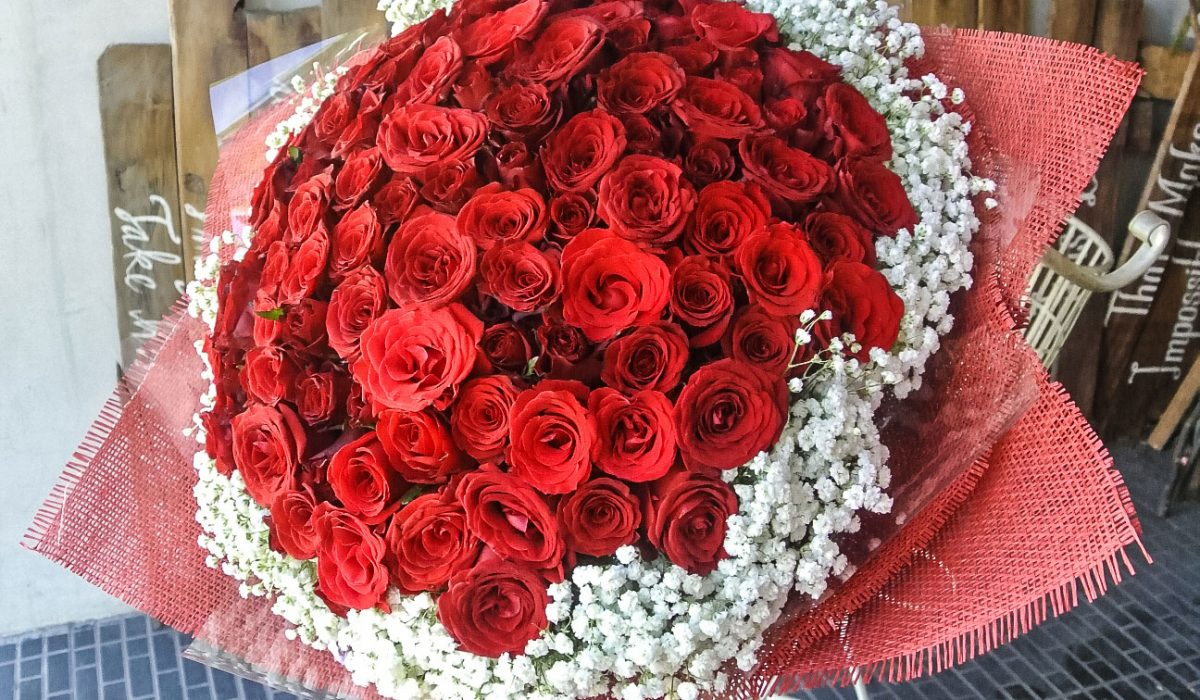 100-red-roses-with-extra-baby-breath-1900k