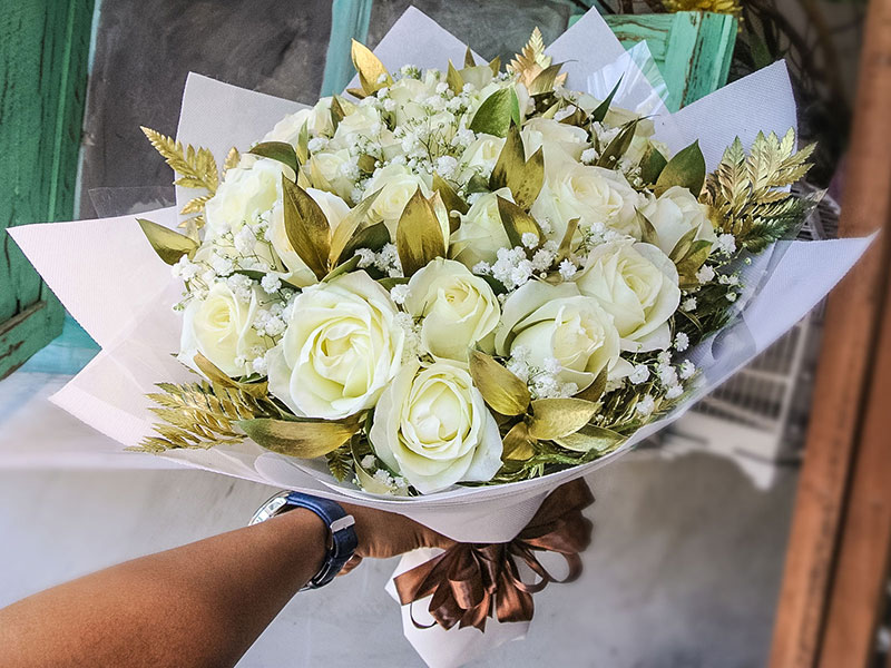 white-roses-gold-leaves-bali